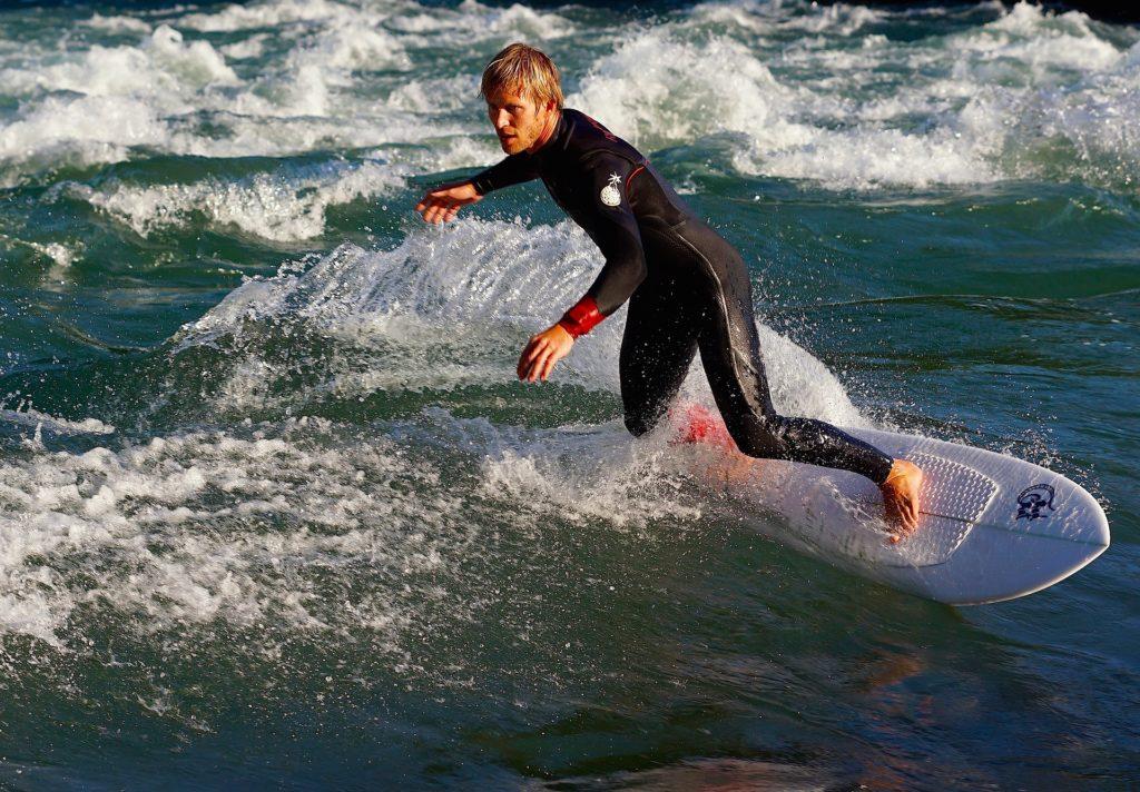 サーフィンに適したウェットスーツとは