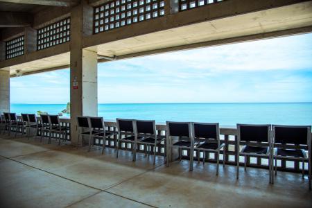 沖縄で人気のオーシャンビューレストラン On the Beach CAFE