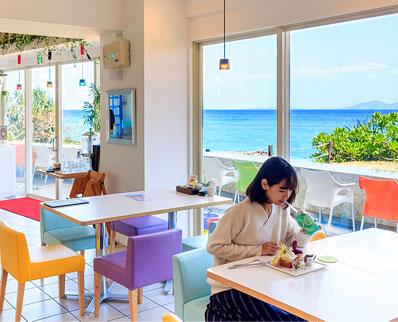 沖縄で人気のオーシャンビューレストラン ビーチテラスカフェ・ダイヤモンドブルー